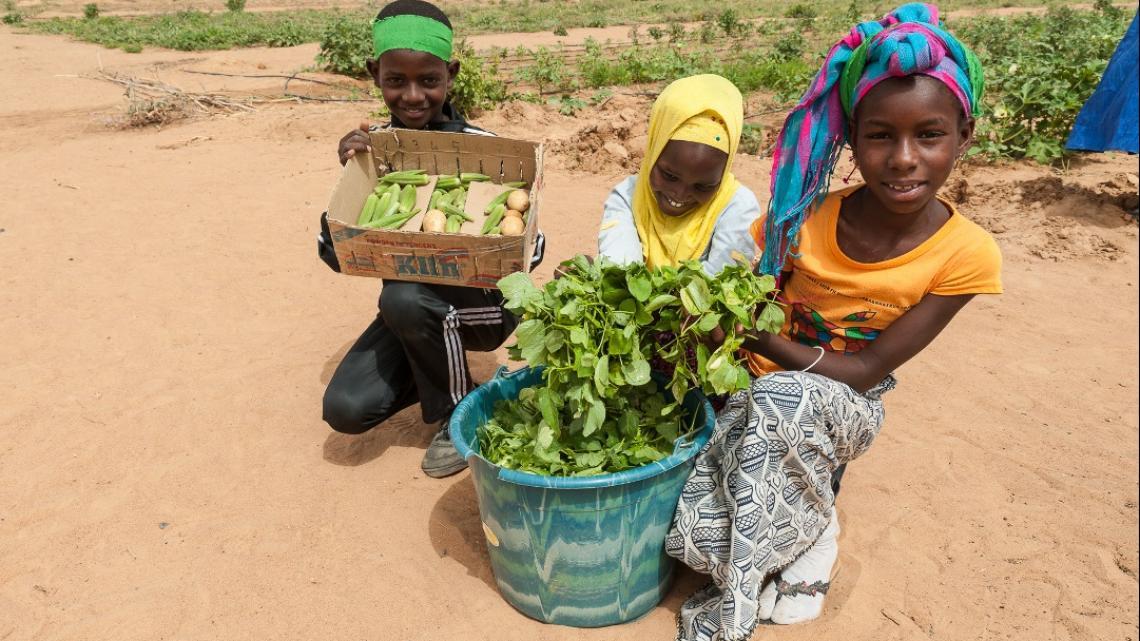 Amadou (8) en Lawel (10) zijn trots op hun oogst.