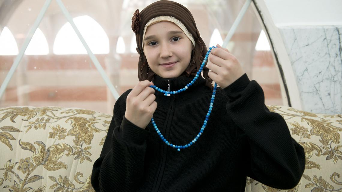 Džejla uit Bosnië en Herzegovina draagt alleen een hoofddoek als ze bidt.