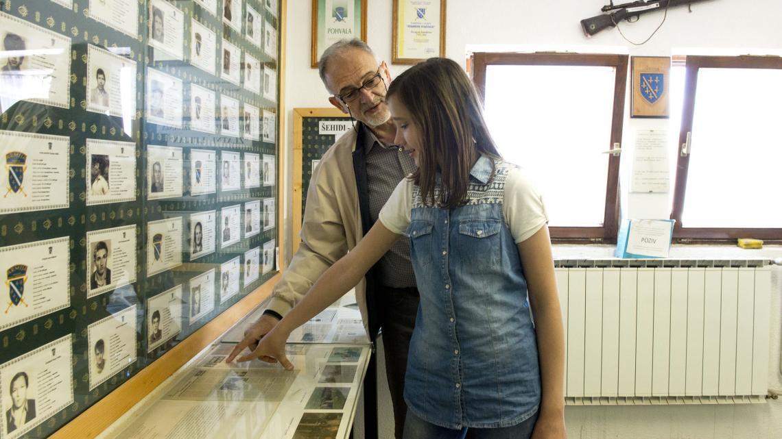 Opa neemt Džejla voor het eerst mee naar een oorlogsmuseum.