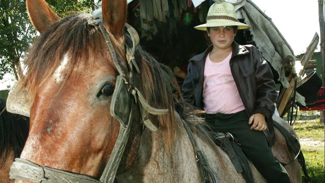 Onderweg zit Ion graag even op de rug van één van de paarden.