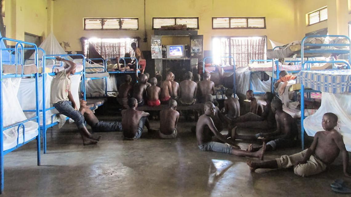 De jongens slapen met tientallen op een zaal.