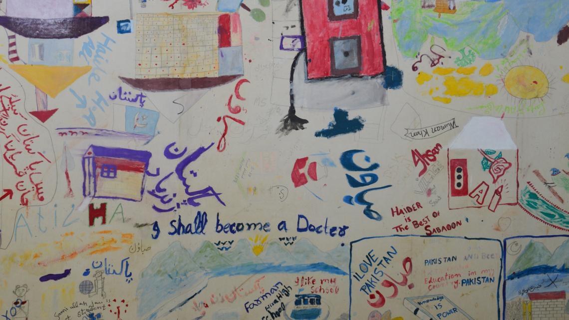 Tekeningen van Talibankinderen in het centrum.