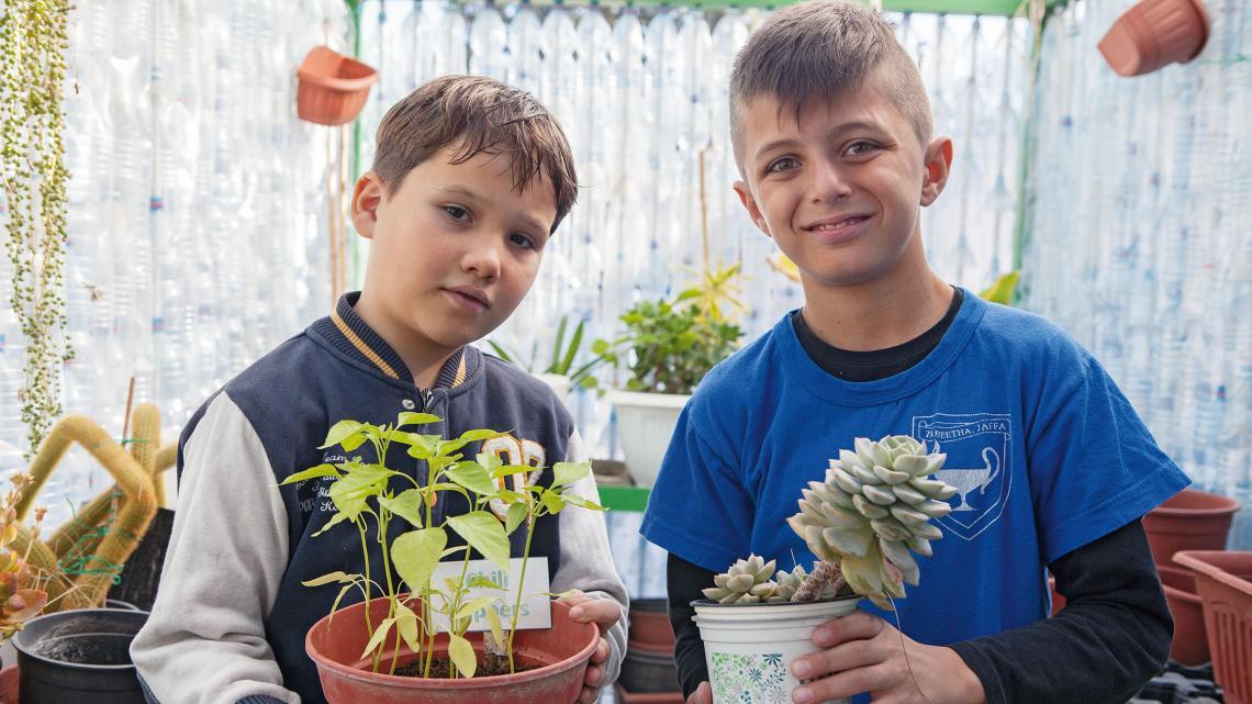 In de kas van school kweken Yossef en Shady allerlei planten.