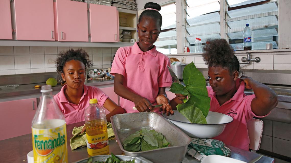 De oudste meisjes koken meestal met groente uit eigen tuin.