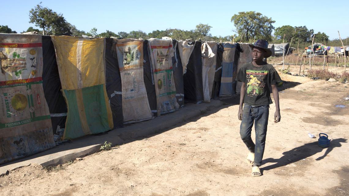 In het kamp waar Drissa woont staan duizenden optrekjes in lange rijen naast elkaar.