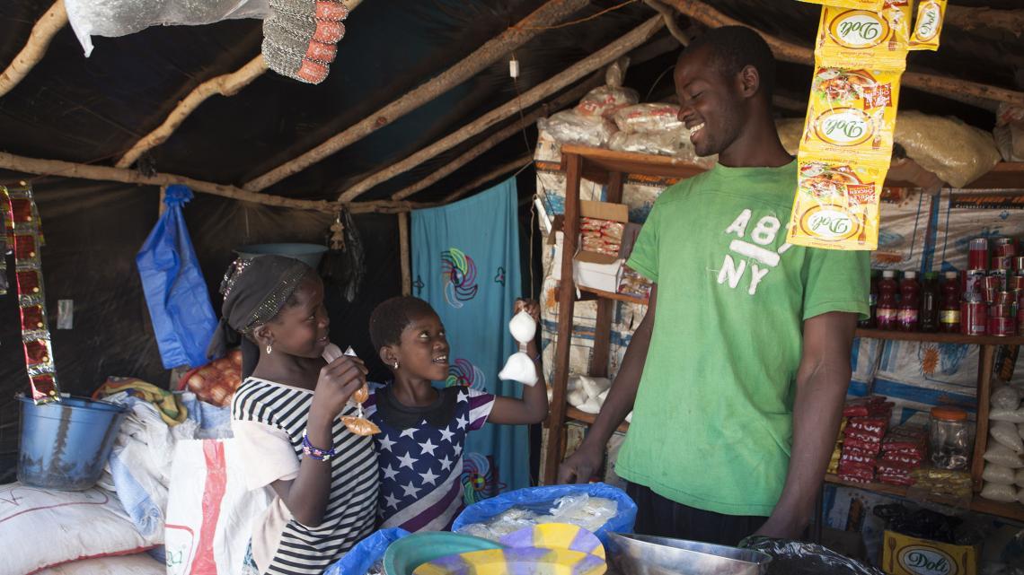 Aminata en Ntekouma doen soms boodschappen voor het restaurant van Aminata's vader.