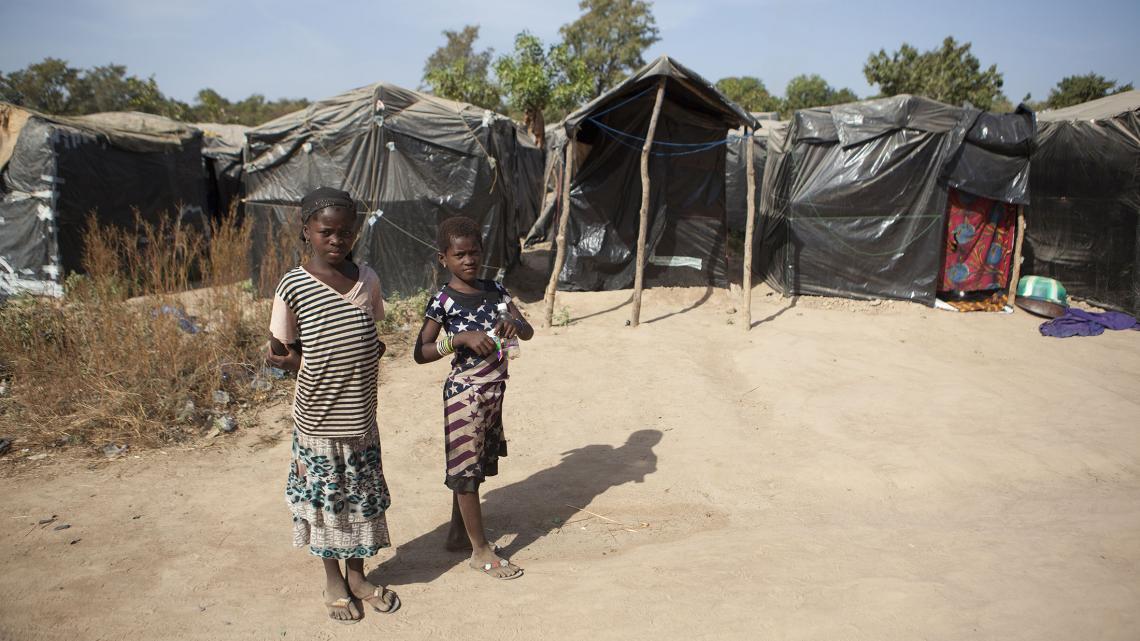 Ntekouma en haar vriendin Aminata gaan niet naar school.