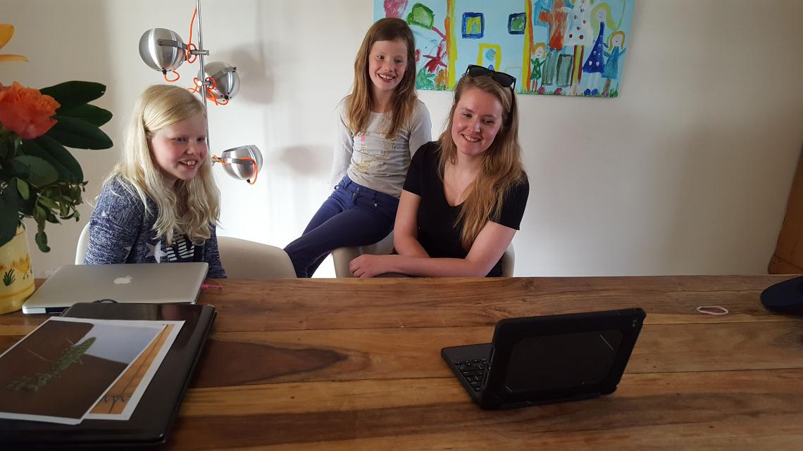 Mirte, Eva en Samsamverslaggeefster Annemarie skypen met Mali.
