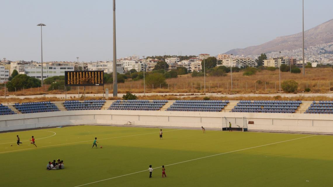Dawar voetbalt op het hockeyveld.