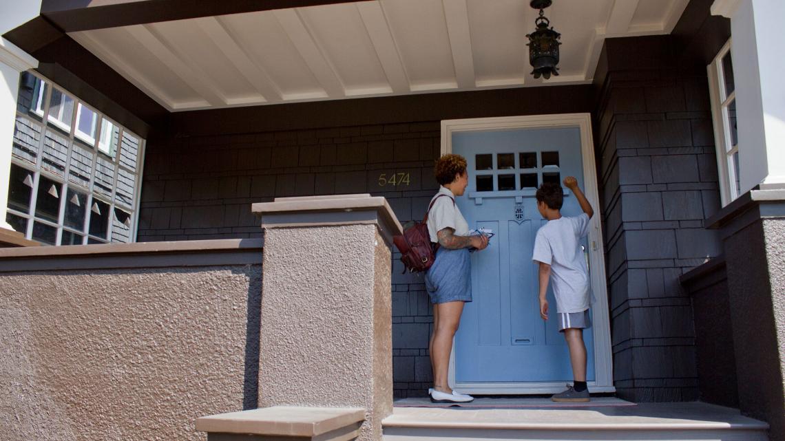 Aidan en zijn moeder gaan van deur tot deur om te vertellen dat Bernie Sanders de beste presidentskandidaat is.