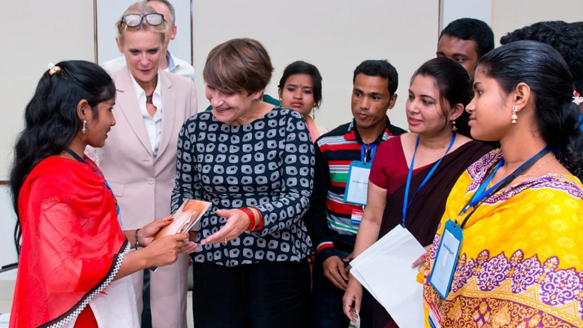 Sabina (links) overhandigt de Nederlandse minister Ploumen dagboekaantekeningen van kindbruiden.