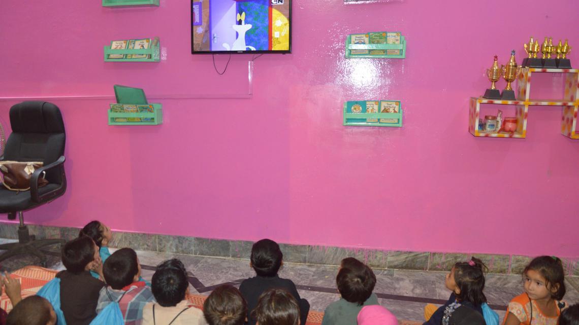 Geen van deze leerlingen uit een sloppenwijk in een stad in het noorden van Pakistan heeft een tv thuis.