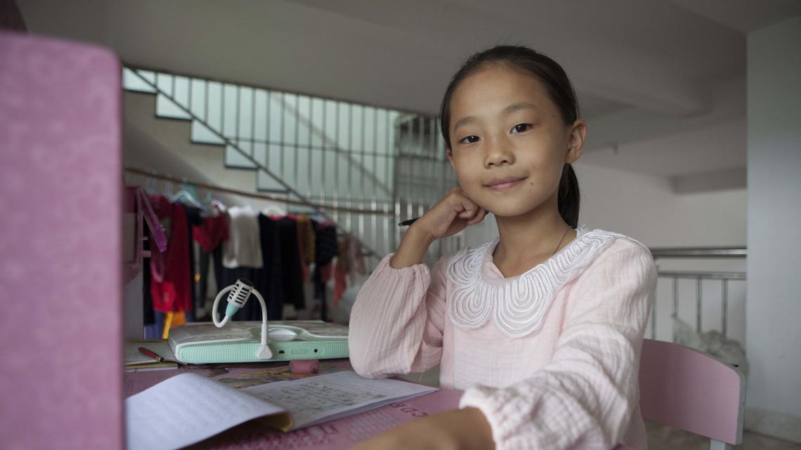 Dit bureau kon de moeder van Xin Ya kopen door haar werk in de stad.