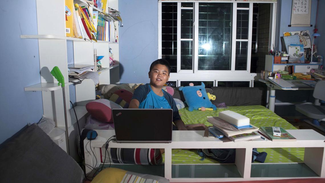 Jonathan is vaak aan zijn bureautje te vinden: voor z'n huiswerk of om strips te tekenen.