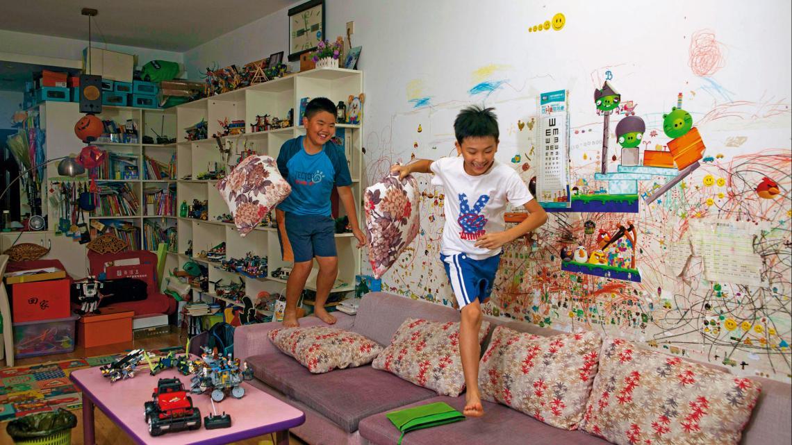 Jonathan en zijn broertje Aaron spelen ook vaak binnen.