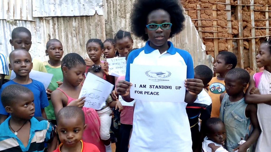 Kinderen die meedoen met het vredesproject van Divina krijgen een oorkonde.