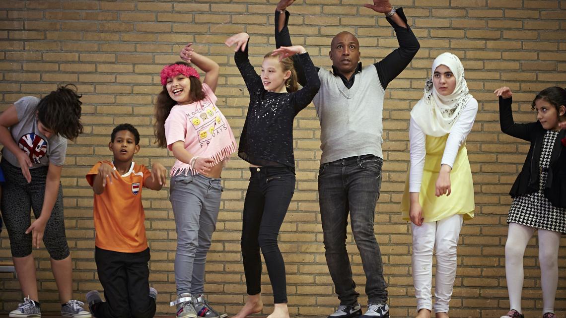 Raymi doet mee met een dansles voor vluchtelingenkinderen