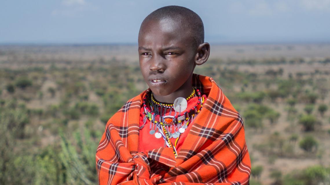 Joseph is een Masai en versiert zichzelf met kralen vol betekenis.