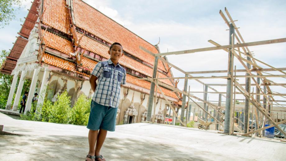 Deze Thaise tempel is flink beschadigd door een enorme vloedgolf.