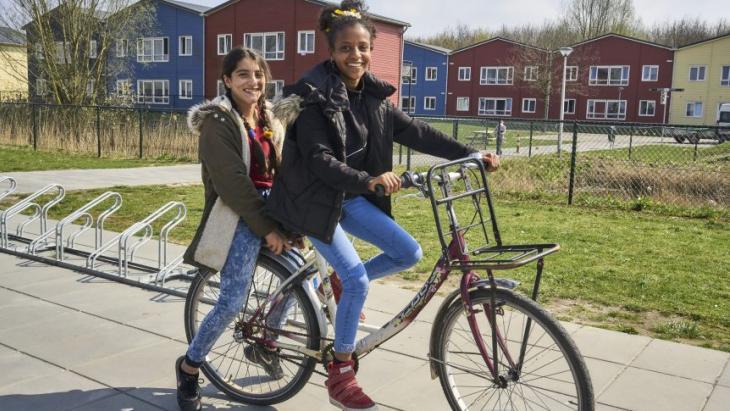 Ghatoun (links) en vriendin Daymona wonen in het azc Zeewolde.