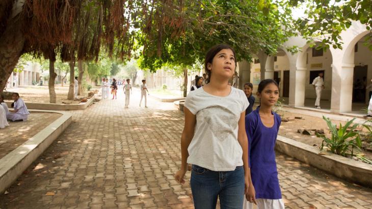 Gia bezoekt de school van Preeti waar arme kinderen gratis onderwijs krijgen.