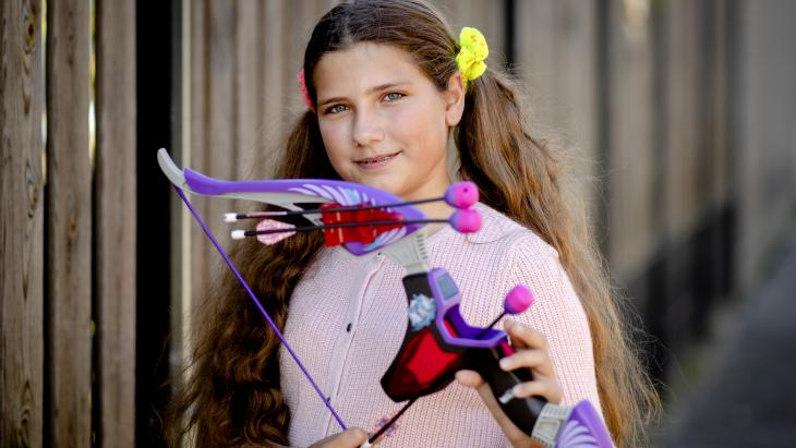 Lera uit Almere speelt graag buiten met haar speelgoedboog