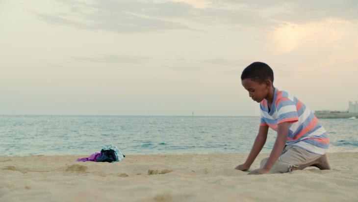 Voor het eerst van z'n leven ziet Bachir de zee.
