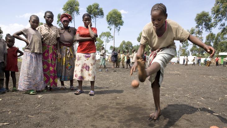 In het Mugunga vluchtelingenkamp doet Mwavita (12) een balspel.