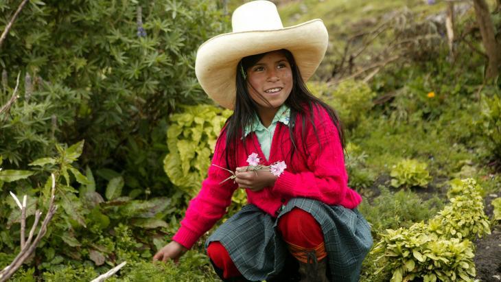 Jovanna uit Peru in de groentetuin van haar ouder.