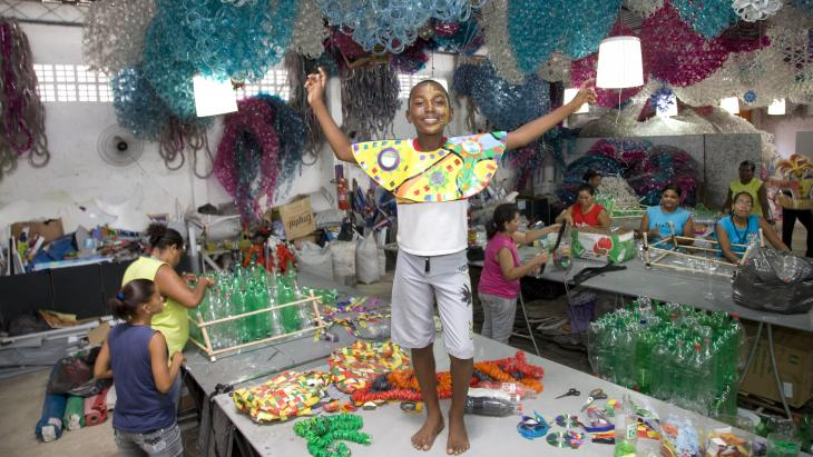 In Brazilië maken ze de mooiste dingen van plastic afval.