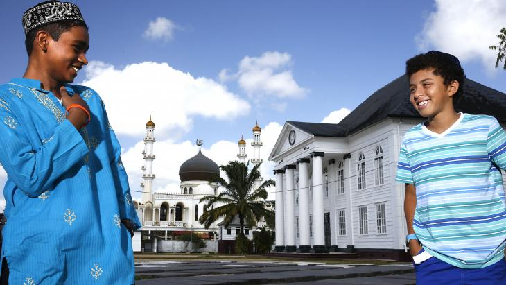 In Paramaribo staan een moskee en synagoge naast elkaar.