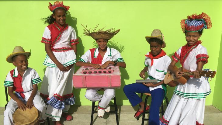 Genafthaly (tweede van links) met haar dansgroep.