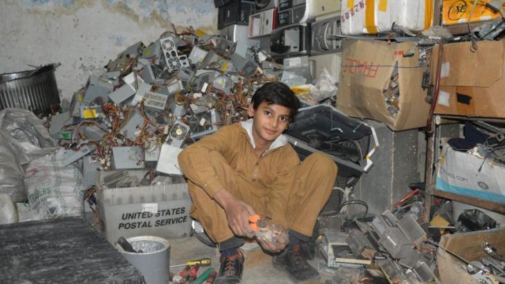 Zulfi bij de afvalberg met apparaten