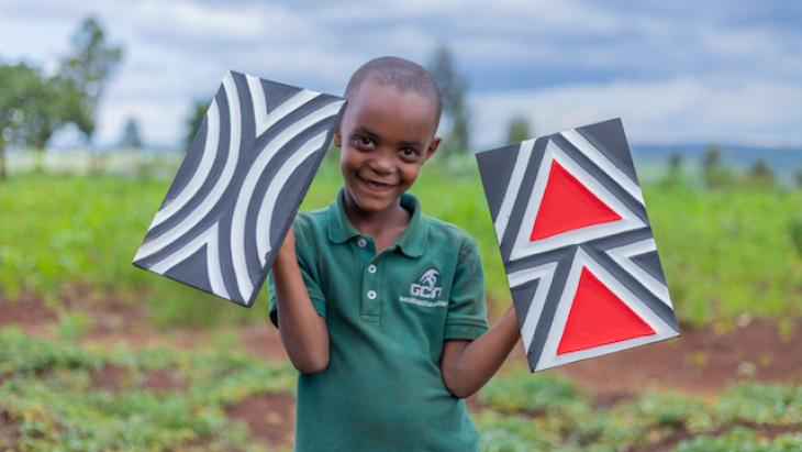 Iris uit Rwanda laat traditionele kunst zien.