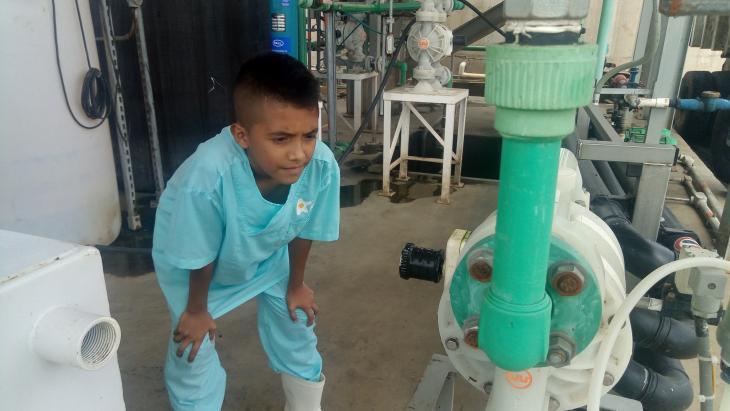 Juan gaat op bezoek in een mestfabriek
