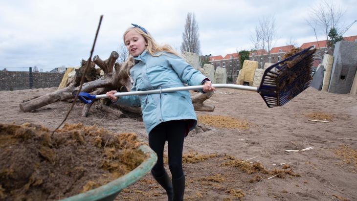 Lina helpt in ARTIS met olifantenpoep scheppen.