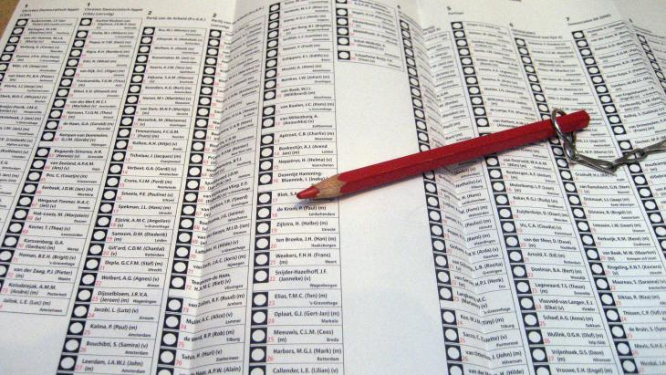 In Nederland mogen sinds 1919 mannen en vrouwen boven de achttien stemmen.