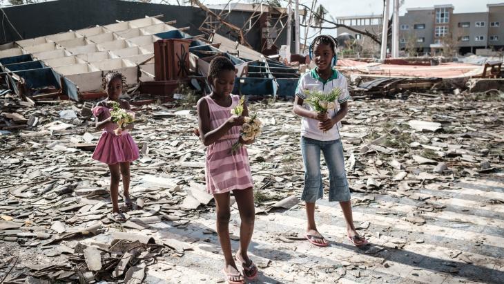In de stad Beira in Mozambique vonden kinderen kunstbloemen in de puinhopen van een kerk.