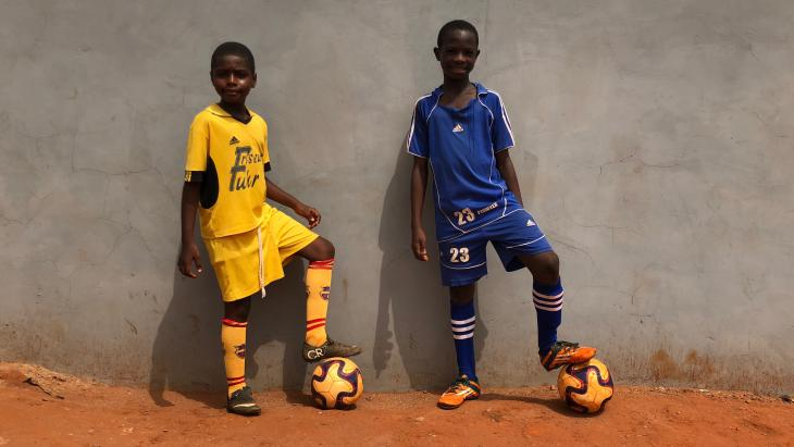 Marvin (rechts) en zijn beste vriend Arnold voetballen allebei bij Charity Stars FC in Accra.