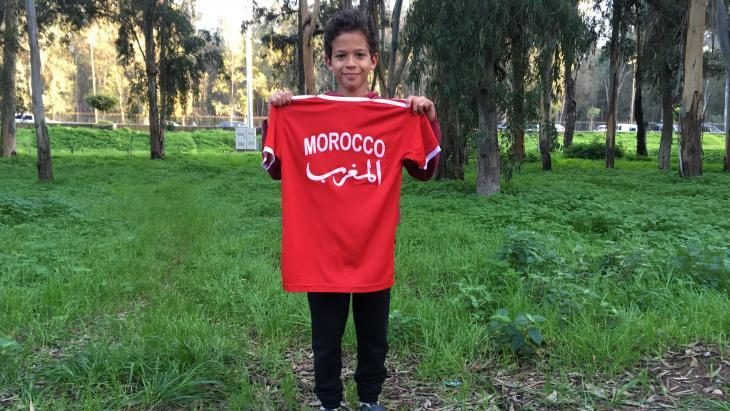 Ali (10) uit Rabat draagt namaak voetbalshirtjes. De echte zijn te duur.