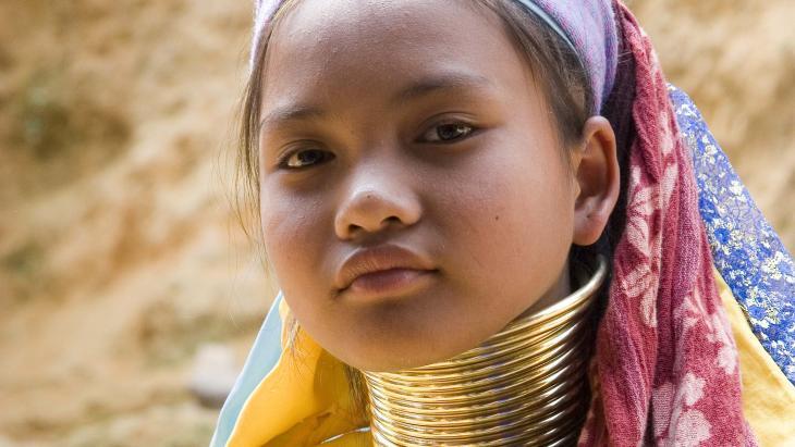 Mu Ba (12) is een Kayan. In haar cultuur dragen sommige meisjes en vrouwen metalen ringen om hun nek.