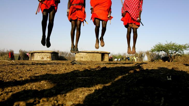 De mannen van de Masaï uit Kenia en Tanzania doen een bijzondere sprongdans.