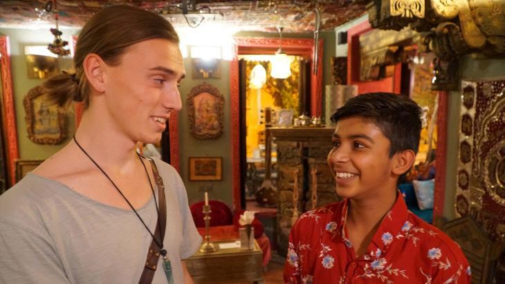Bharat vertelt de buitenlandse toeristen graag over zijn Indiase cultuur.