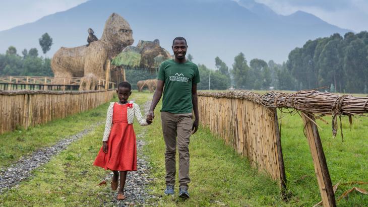 De vader van Irere is toeristengids en neemt toeristen mee de bergen in voor gorilla's.