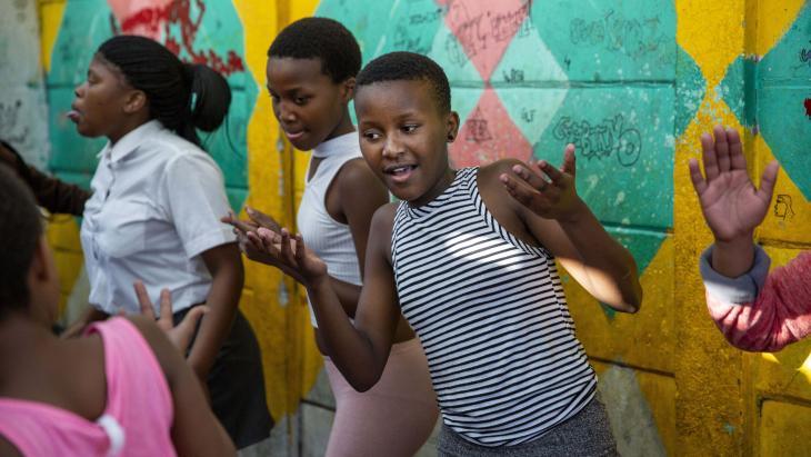Elke maandag en donderdag oefent Sisipho met honderden andere kinderen uit de sloppenwijk.
