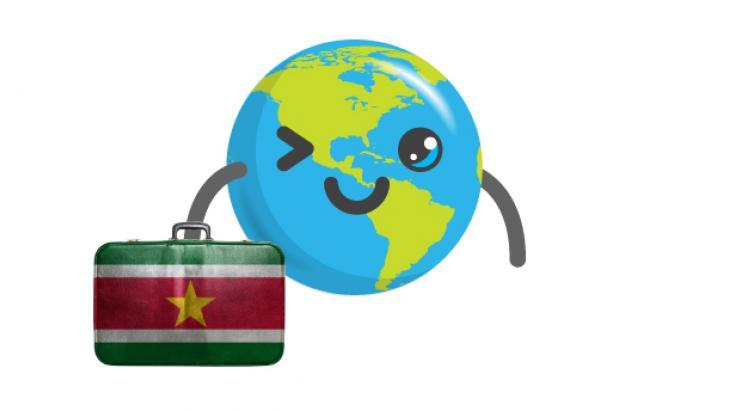Globy draagt een koffertje met de vlag van Suriname