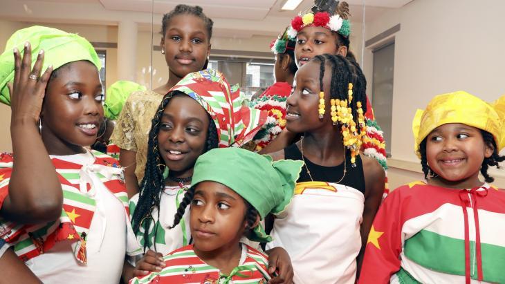 Deze meisjes leren over traditionele Surinaamse kleding.