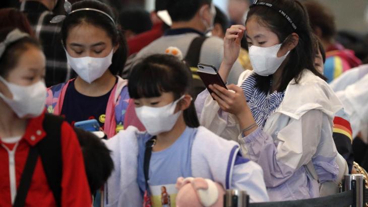 Op het vliegveld in Singapore wachten passagiers op hun vlucht.