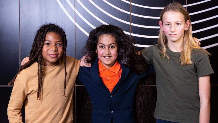 Deze drie jongens zijn trots op hun lange haren. Dat vinden ze niet meisjesachtig, maar juist stoer.