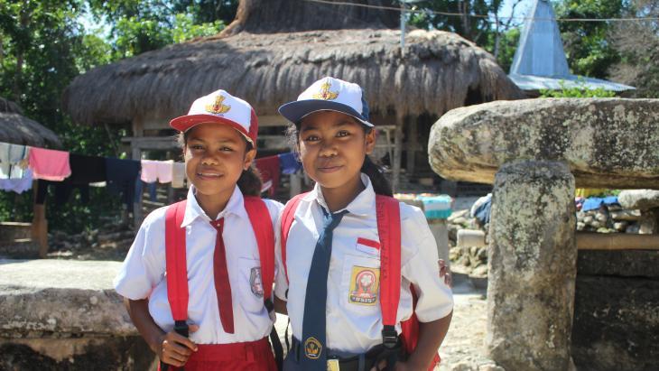 Namo (links ) en Jenny zijn klaar voor school op hun Indonesische eiland Soemba.